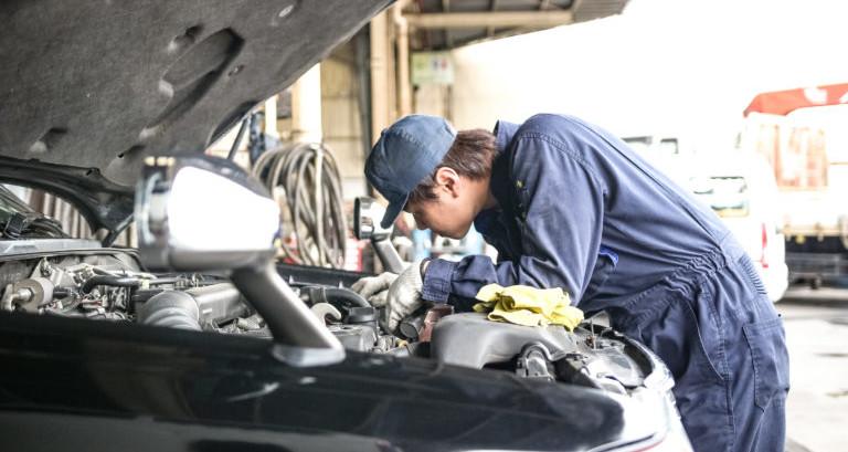 車を点検している整備士